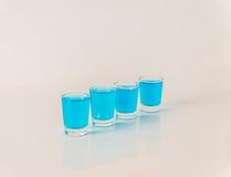 Vier glazen van blauwe kamikaze, betoverende drank, gemengde drank gieten Royalty-vrije Stock Foto's