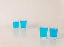 Vier glazen van blauwe kamikaze, betoverende drank, gemengde drank gieten Stock Afbeelding