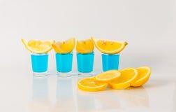 Vier glazen van blauwe kamikaze, betoverende drank, gemengde drank gieten Stock Foto's