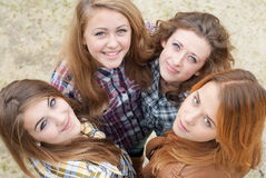 Vier glückliche jugendlich Freundinnen, die oben schauen Lizenzfreies Stockfoto