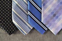 Vier Gleichheit in den blauen Tönen mit einem grauen Hintergrund. Stockfotografie