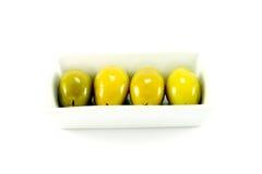 Vier grüne Oliven in einem Teller Lizenzfreie Stockbilder