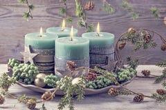 Vier grüne Weihnachtskerzen lizenzfreies stockfoto