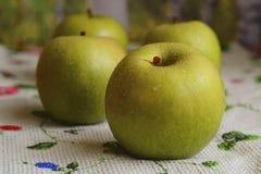 Vier grote groene appelen Royalty-vrije Stock Foto's