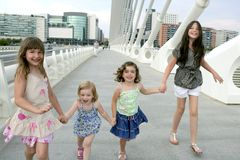 Vier Gruppe des kleinen Mädchens, die in die Stadt geht Stockfotografie