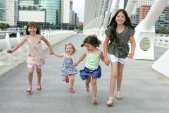 Vier Gruppe des kleinen Mädchens, die in die Stadt geht Lizenzfreie Stockfotografie
