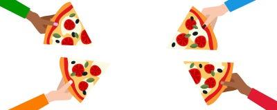 Vier Hände, die Scheiben der Pizza halten Stockfoto