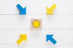 Vier hölzerne Pfeile laufen in Richtung zum Mittelziel zusammen Lizenzfreie Stockbilder