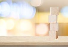 Vier hölzerne Würfel auf Tabelle über Unschärfe abtract bokeh Hintergrund Lizenzfreie Stockfotografie