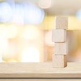 Vier hölzerne Würfel auf Tabelle über Unschärfe abtract bokeh Hintergrund Stockbilder