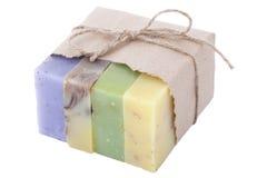 Vier handgemachte Seifen in einem Papierpaket lokalisiert auf weißem Hintergrund stockfotos
