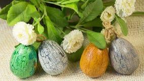 Vier handgemalte Ostereier und Blumen Stockfoto