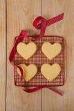 Vier hart gevormd die koekje bij het koelen van dienblad wordt gehouden royalty-vrije stock foto