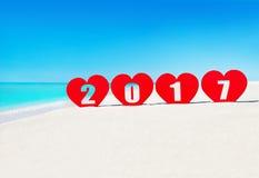 Vier harten met titeljaar 2017 op tropisch overzees strand Stock Fotografie