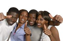 Vier het Afrikaanse vrienden omhoog beduimelt tonen royalty-vrije stock foto's