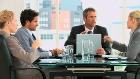 Vier het bedrijfsmensen spreken stock videobeelden