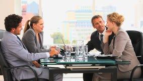 Vier het bedrijfsmensen spreken stock footage