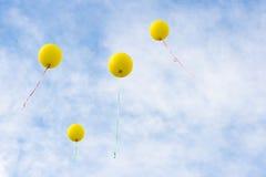 Vier het gele baloons toenemen Royalty-vrije Stock Foto's
