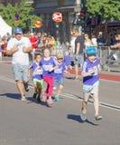 Vier het gelukkige jonge geitjes en vader lopen Royalty-vrije Stock Fotografie