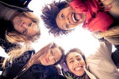 Vier het jonge mooie meisjes glimlachen Royalty-vrije Stock Fotografie