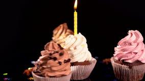 Vier het spinnen bevroren decoratief cupcakes stock videobeelden