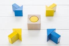 Vier houten pijlen komen naar het centrumdoel samen Stock Foto