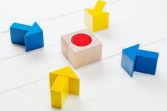 Vier houten pijlen komen naar het centrumdoel samen Stock Afbeelding