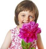 Vier jaar oud meisjes met pioenbloem Royalty-vrije Stock Afbeeldingen