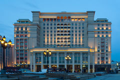 Vier Jahreszeit-Hotel Moskau nachts Stockbilder