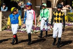 Vier Jockeys die Paddockgebied ingaan in Del Mar Racetrack royalty-vrije stock afbeelding