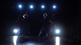 Vier jong bekwaam ballerina's het dansen modern ballet Langzame Motie stock footage