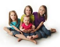 Vier jonge aanbiddelijke zusters royalty-vrije stock afbeelding