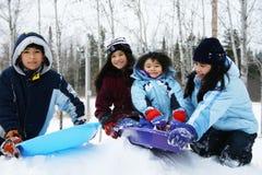 Vier jonge geitjes die van de winter genieten Stock Foto's