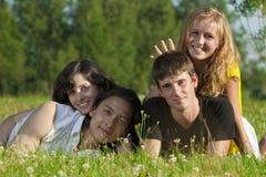 Vier jonge mensen - twee meisjes en twee Stock Foto