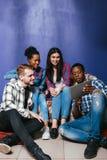 Vier jonge vrienden hebben pret thuis, vermaak stock foto