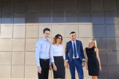 Vier junge erwachsene elegante Leute, zwei Frauen und zwei Mannstudenten Stockfoto