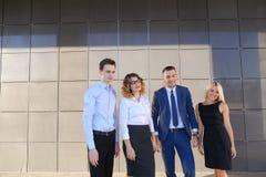 Vier junge erwachsene elegante Leute, zwei Frauen und zwei Mannstudenten Stockbilder