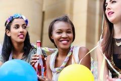 Vier junge Frauen auf dem Hennennachtparteitrinken Lizenzfreie Stockbilder