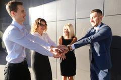 Vier junge Leute der Perspektive, zwei Frauen und zwei Mannstudenten, e Lizenzfreies Stockbild