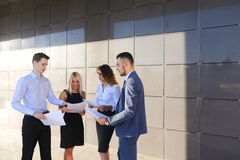 Vier junge Leute, zwei Männer und zwei Frauen, Studenten, stehen in Verbindung, Stockbilder
