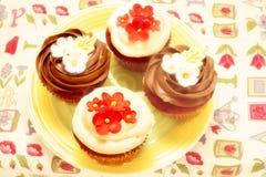 Vier köstliche kleine Kuchen verziert Lizenzfreie Stockfotos