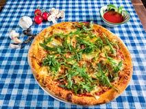 Vier kaaspizza met arugula royalty-vrije stock foto's