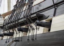 Vier Kanonen aus Gewehrhafen für zusammen mit Versandmaterialmarineartillerie auf dem Segeln der Fregatte heraus stockfoto