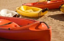 Vier Kanus auf Sand Lizenzfreies Stockfoto