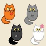 vier Katzen: Katze mit Fischen, Katze und Maus in der Magen-, Herz- und Miezekatzekatze mit einer Blume auf einem Ohr Lizenzfreie Stockfotos