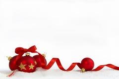 Vier Kerstmisballen met lint Stock Fotografie