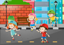 Vier Kind-rollerskate auf der Straße Lizenzfreie Stockfotografie
