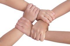 Vier kind ` s overhandigt gekruist en holding elkaar stock foto's