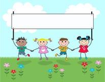Vier Kinder, die eine Fahne anhalten Lizenzfreie Stockbilder