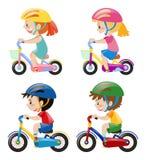 Vier Kinder, die Fahrrad auf weißen Hintergrund fahren Stockbilder